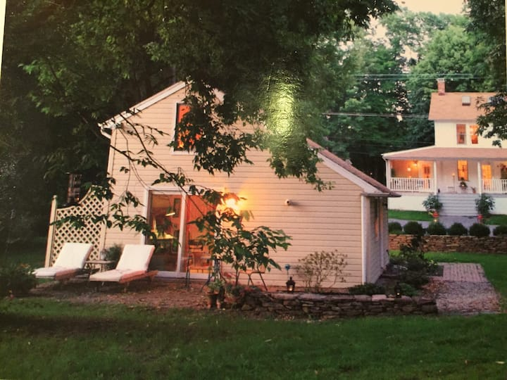 Charming 1850 cottage near town