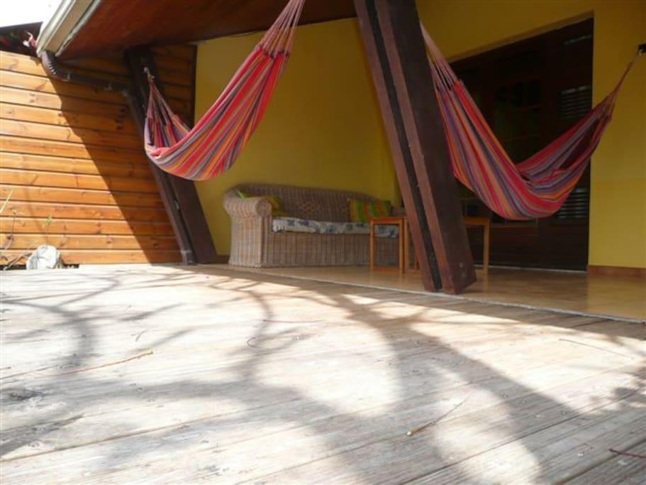 la grande terrasse avec son deck et ses hamacs