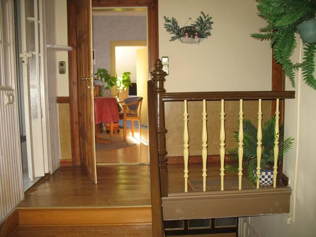 Da geht es vom obersten Treppenpodest in die Wohnung: Links Dusche/WC, geradeaus Küche u. Schlaf  Rechts zum Dachboden zu einer weiteren Wohnung.