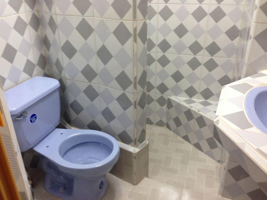 baño independiente en la habitacion.