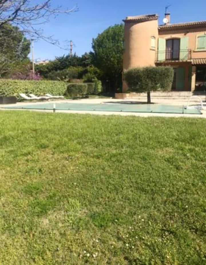 Estudio en Lançon-Provence, con piscina compartida, jardín amueblado y WiFi