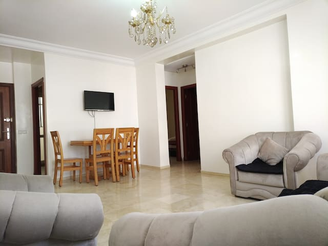 Spacious Lounge room with Satellite TV and Wifi.