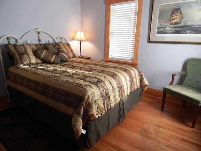 Laurel Ties GuestHouse, Room 1, no extra host fees