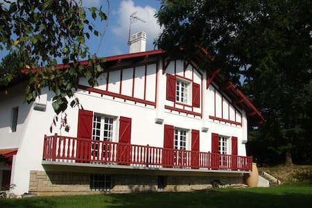 Ateka grande maison dans  un parc, près du bourg