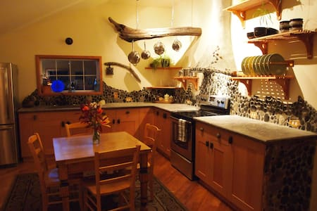 Greenhaven Gallery Guesthouse - Comox-Strathcona C - Apartment