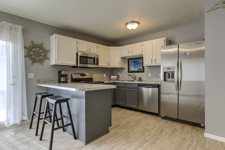 """Capital Beach Retreat""-4 mins to Downtown & I-80"