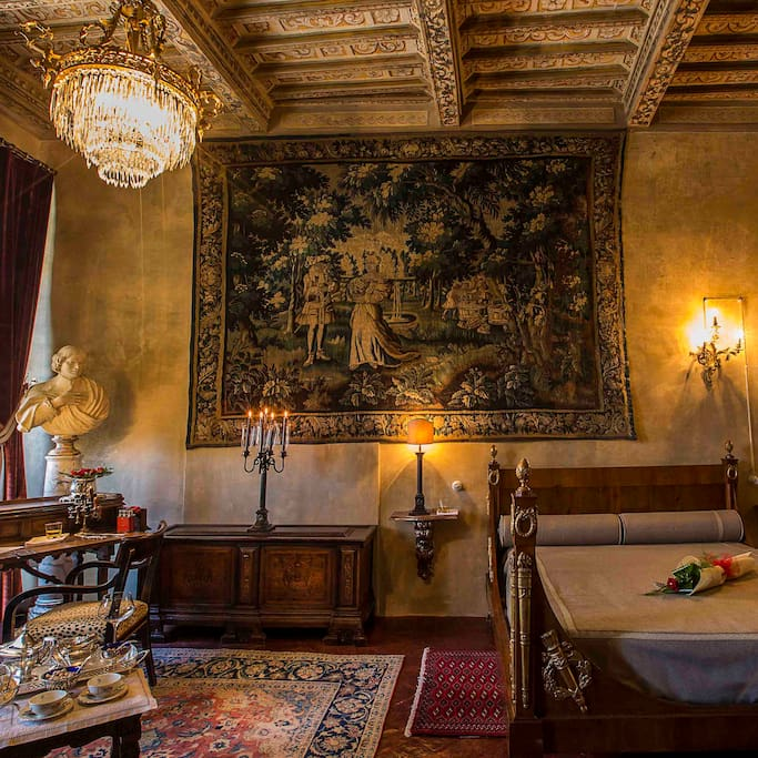 A most noble bed, the finest tapestry, arts and antiques.