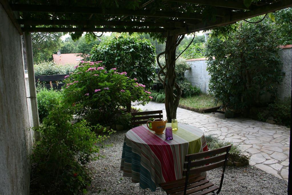 Terrasse ombragée à l'entrée de la maison