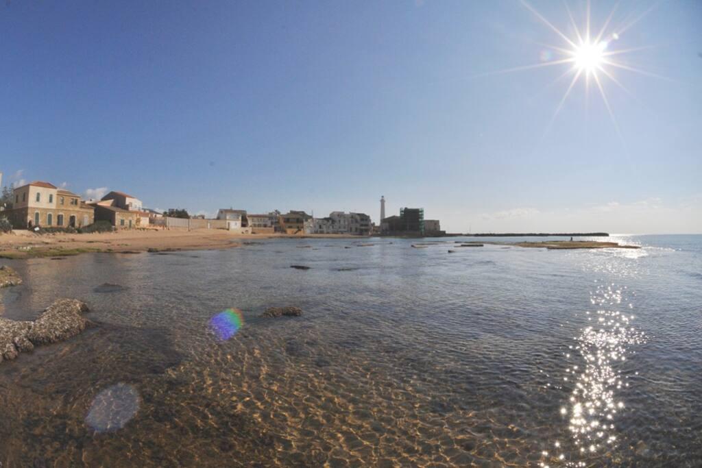 La spiaggia di Punta Secca a meno di 100 metri dalla struttura.