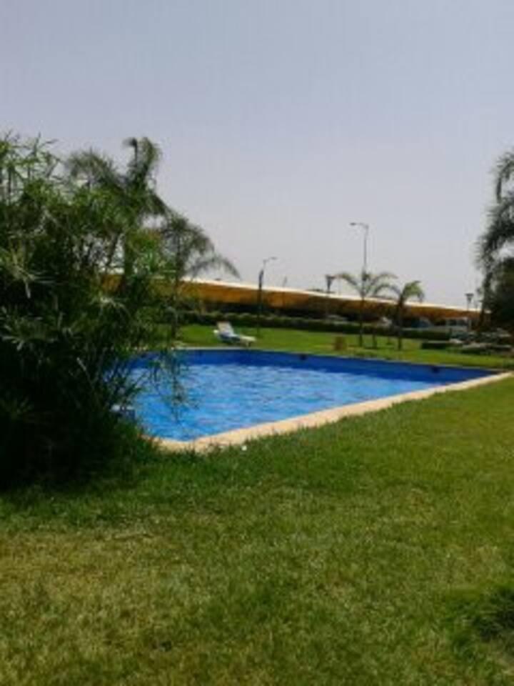 Un appartement avec une belle vue sur piscine