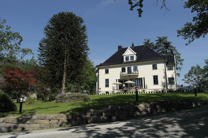 Eikeneset Mansion in Hardangerfjord