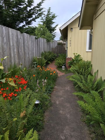 Cozy Coastal Cottage-Walk to Beach - Arcata - Haus