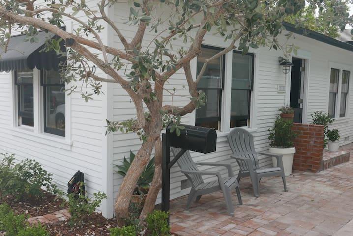 Balboa Beach Cottage close to bay and beach