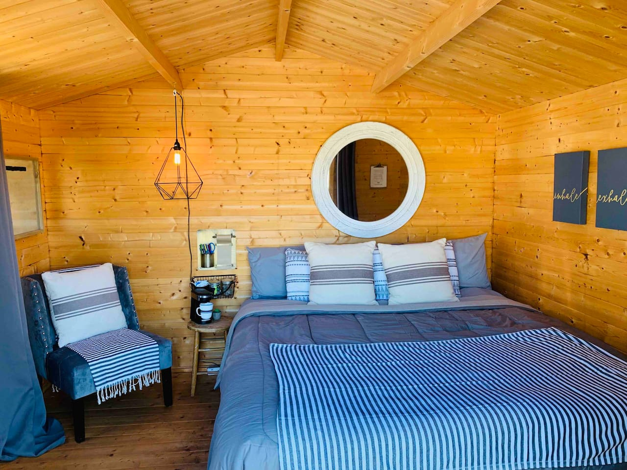 King bed Cabin at 13 Acres