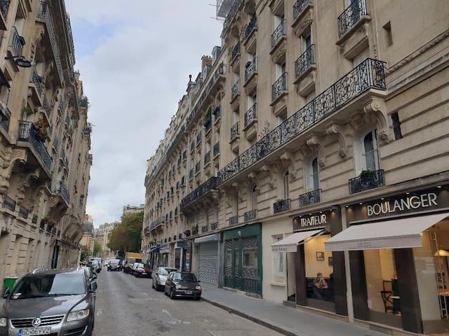 La rue Haussmannienne (immeubles typiquement parisiens).