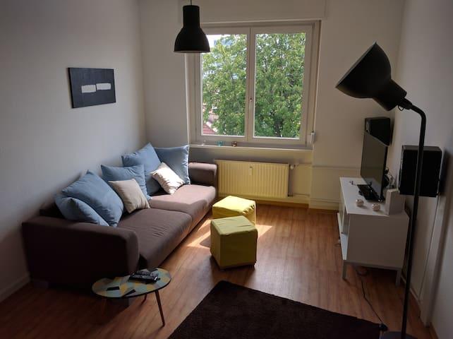 Schönes helles Zimmer mit zentraler Lage u. Küche