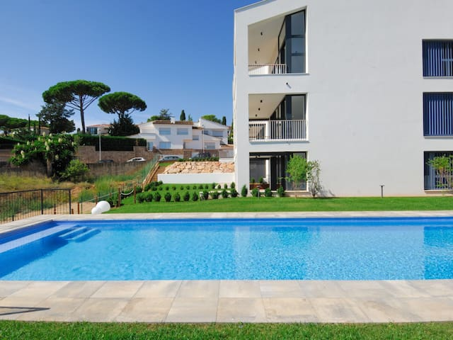 Fabulous apartment minimalist, ground floor with community swimming pool