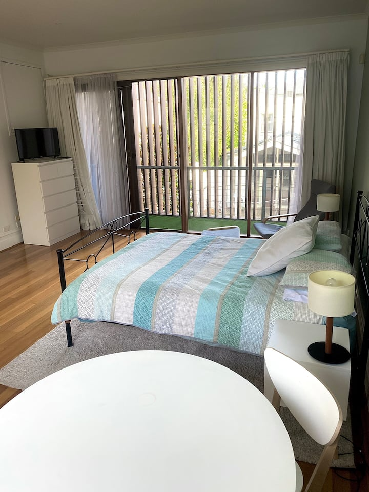 SPACIOUS STUDIO APARTMENT IN HEART OF MELBOURNE