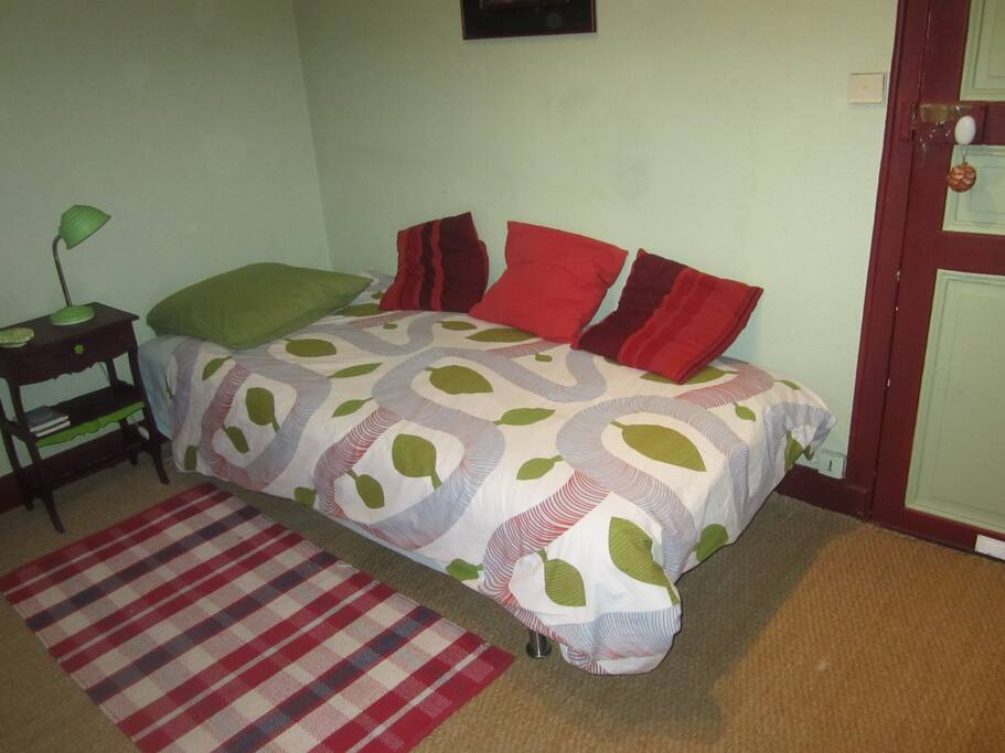 petite chambre avec frigo, micro onde, chauffeuse pour 1 enfant