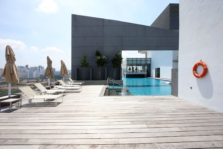 Cascades The Strand | Working Stay | Infinity Pool