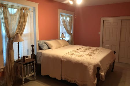 Large Rm, King Bed, 100 yr Victorian on Southside