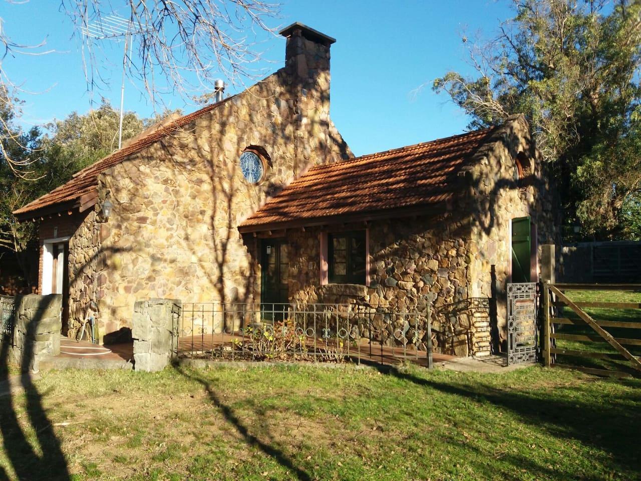 La casa, hecha con piedras del lugar.