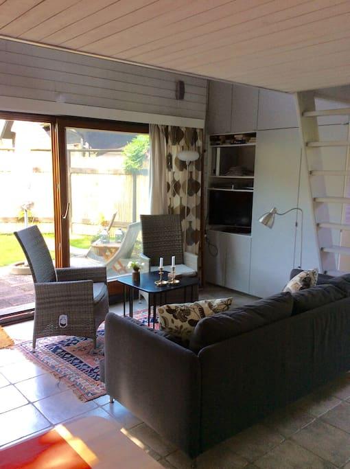 Vardagsrum med TV och utgång till terass!