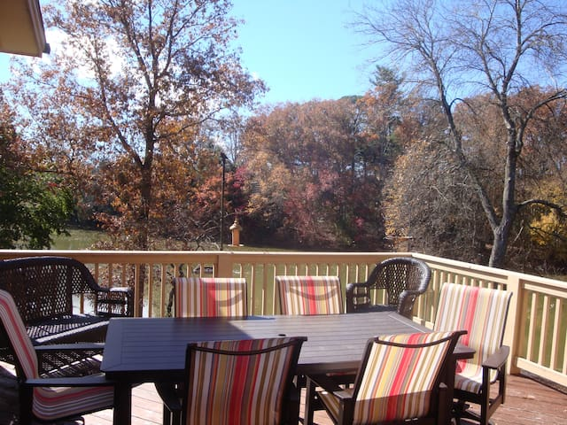 Lakeway Lodge: a Luxurious Asheville Gem Located on Lake, W/Hot Tub & Game Rm! - Mills River