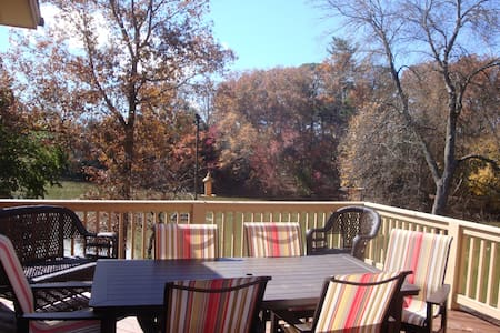 Lakeway Lodge: a Luxurious Asheville Gem Located on Hollaman Lake W/Hot Tub! - Mills River - Rumah