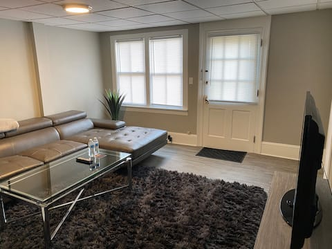 1 BR WiFi Downtown Willoughby self check in Unit B