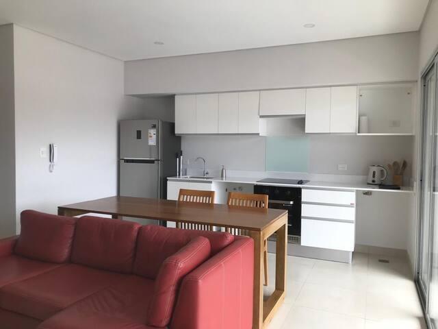 Departamento céntrico con amoblamiento de alta calidad - con cochera - espacio común con terraza verde vista 360° de la ciudad -