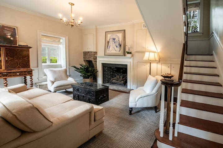 Cozy Carriage Home in Historic Downtown