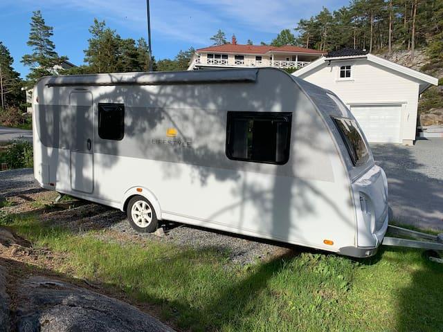 Bo i campingvogn sjønært i Sponvika