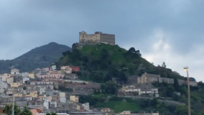 LA DIMORA SOTTO IL CASTELLO. SANTA LUCIA DEL MELA - Santa Lucia del Mela - Casa