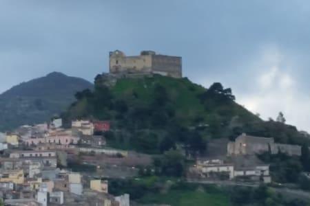 LA DIMORA SOTTO IL CASTELLO. SANTA LUCIA DEL MELA - Santa Lucia del Mela - Haus