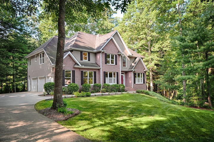 Sweeten Creek Escape; Right on the doorstep of Downtown Asheville; Deck, Game Rm - Asheville - House