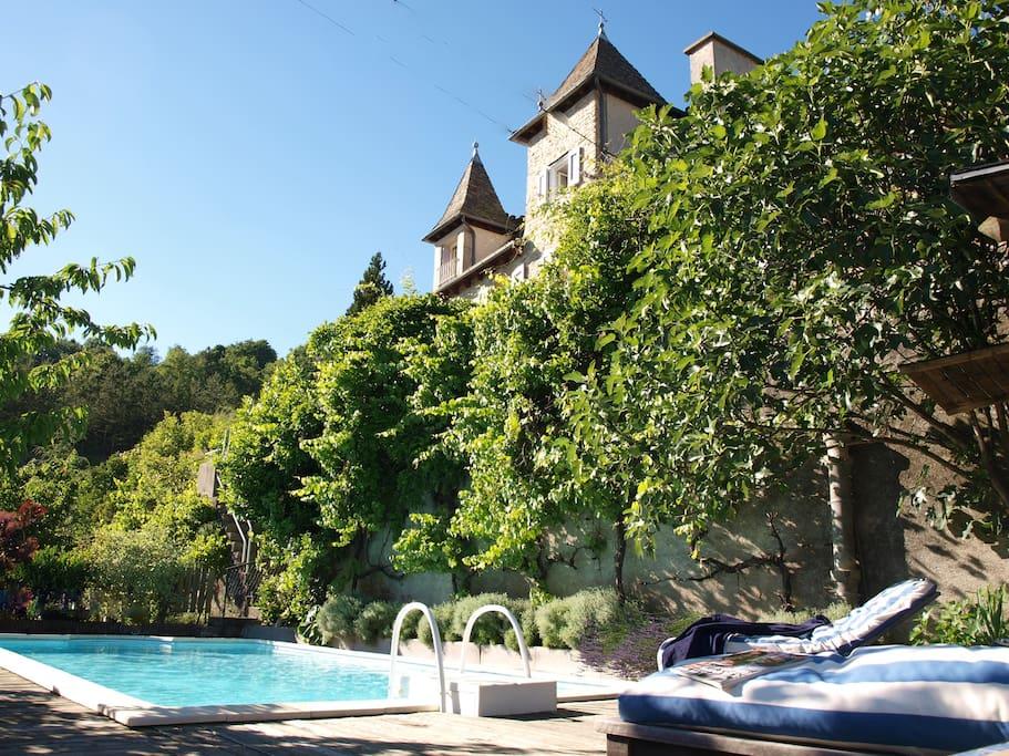avec sa piscine dominant la ville de Marvejols.