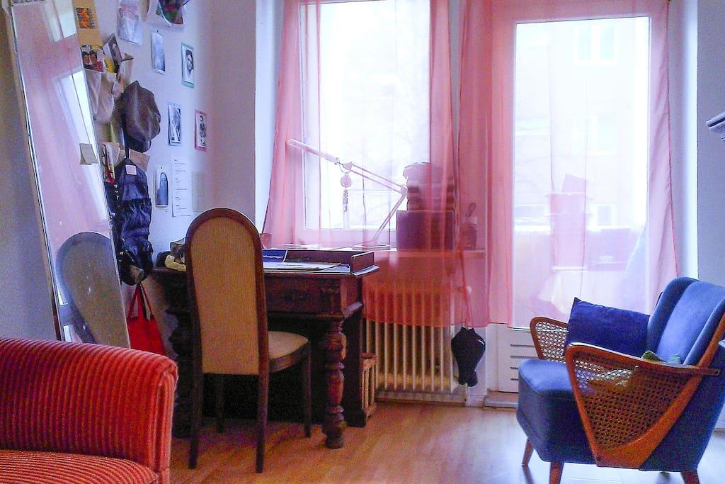 Ansicht des freien Zimmers - Sessel, Sofa, Schreibtisch