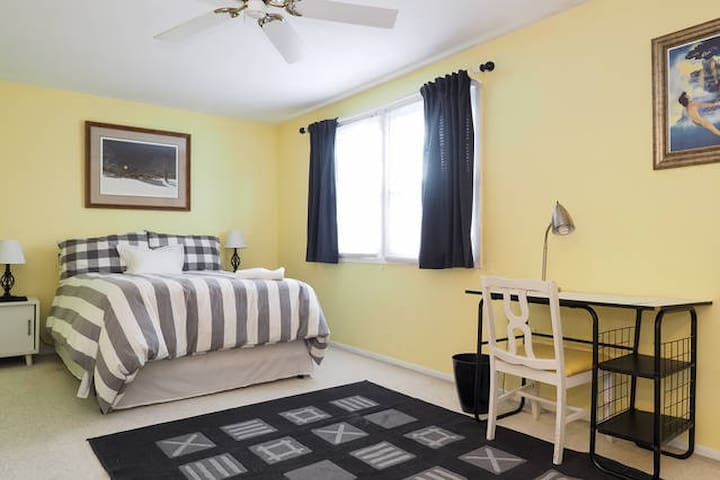 Beautiful Sunny Yellow Bedroom - Bowie - House
