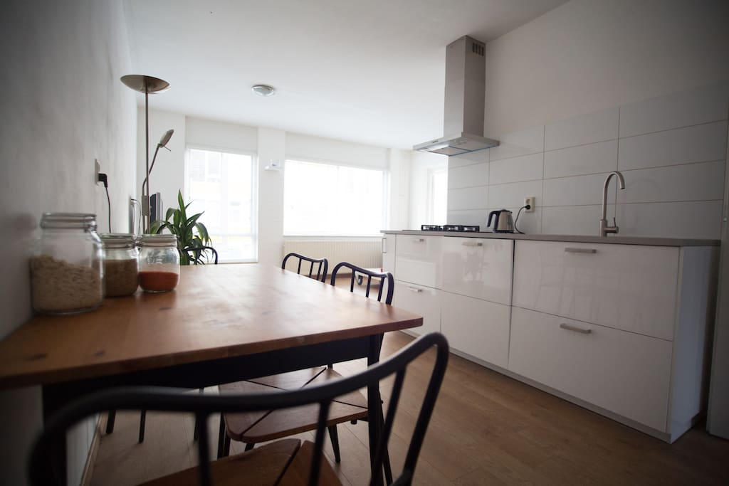 Stylish and spacious living room with open kitchen. Fast wifi 20mb/s. Lots of light