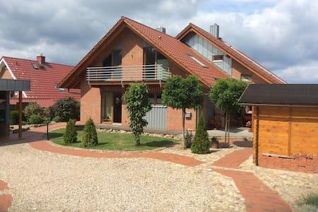 Freundliche Ferienwohnung Nordheide - Toppenstedt - Társasház