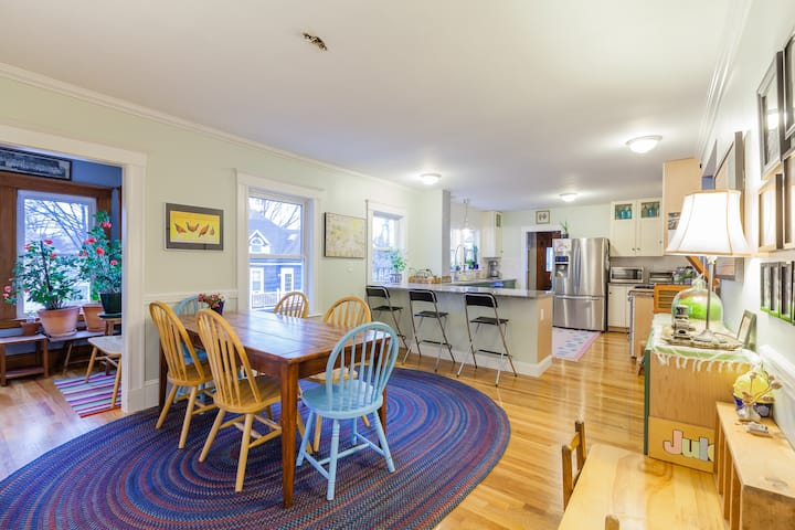 Sunlit w/ huge kitchen, parking & easy to downtown