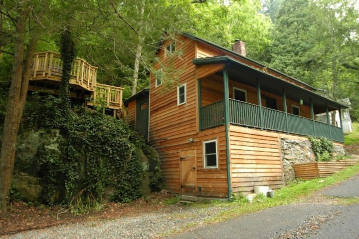 Cozy cabin with hot tub, downtown Marshall