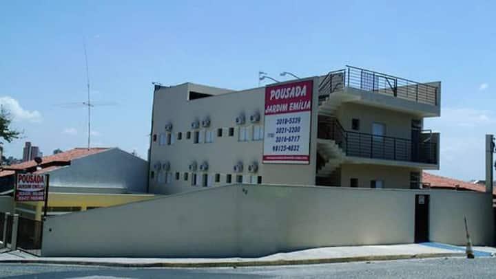 Quarto de hotel Próximo ao Campolim e Centro