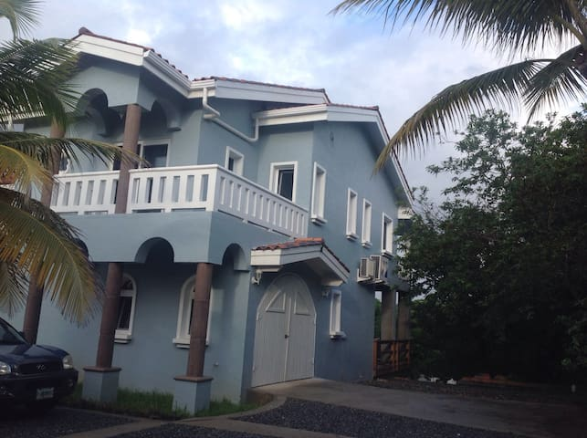 Large  house in gorgeous area! - French Harbor - Dom