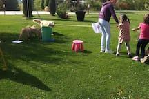 Byron gioca a tiro alla fune con alcuni bambini