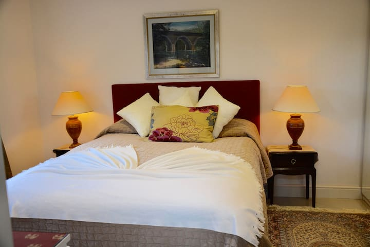 Serene Surroundings - King Size 1 Bed Ensuite