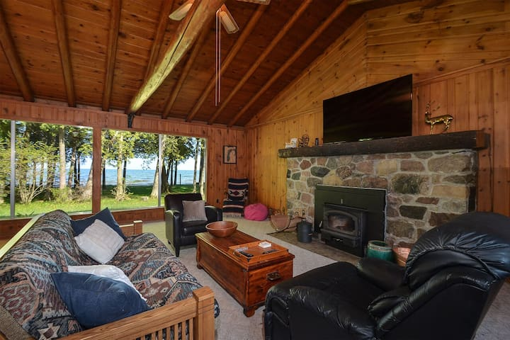 CEDAR CABIN on the BAY (Lake Michigan--Green Bay):Pet-friendly lakefront cabin