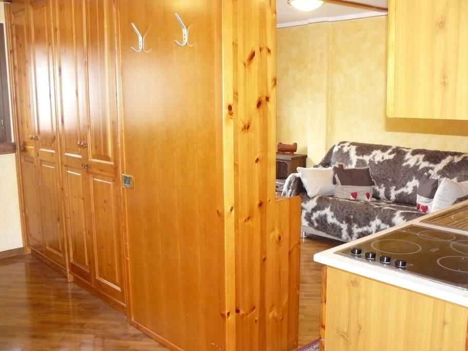 separazione cameretta con muro e armadio legno