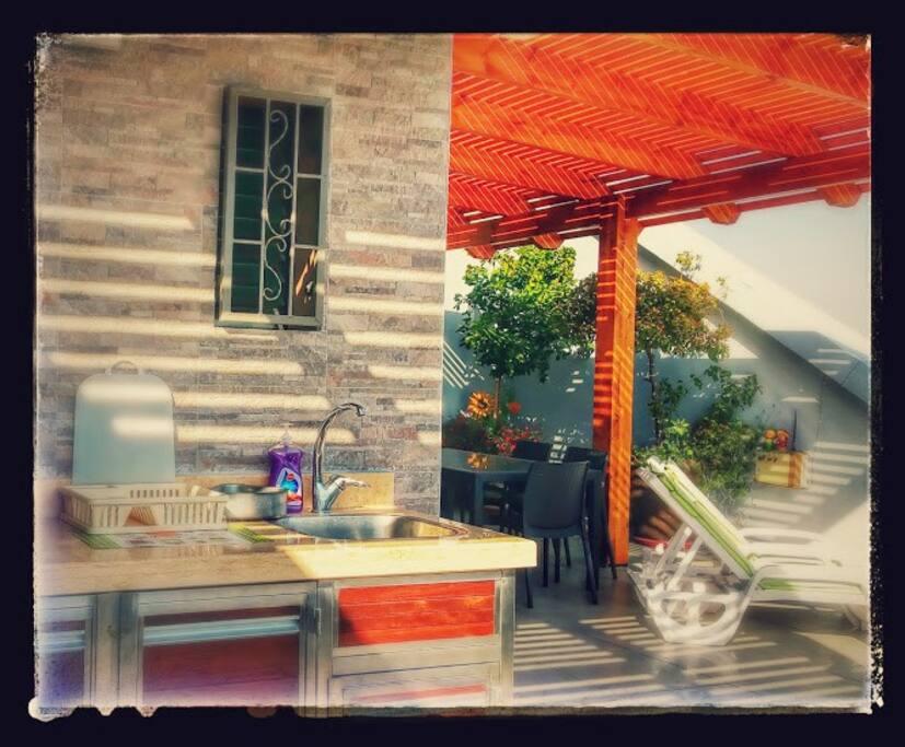 На балконе тоже есть кухня .